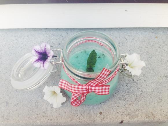 Sorry mama dat je bloemetjes decorstukjes zijn geworden! Ze waren zo mooi bij het potje hihi.